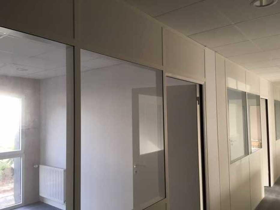 Cloisons de distribution et cloisons modulaires, plafonds suspendus et menuiseries intérieures img3405