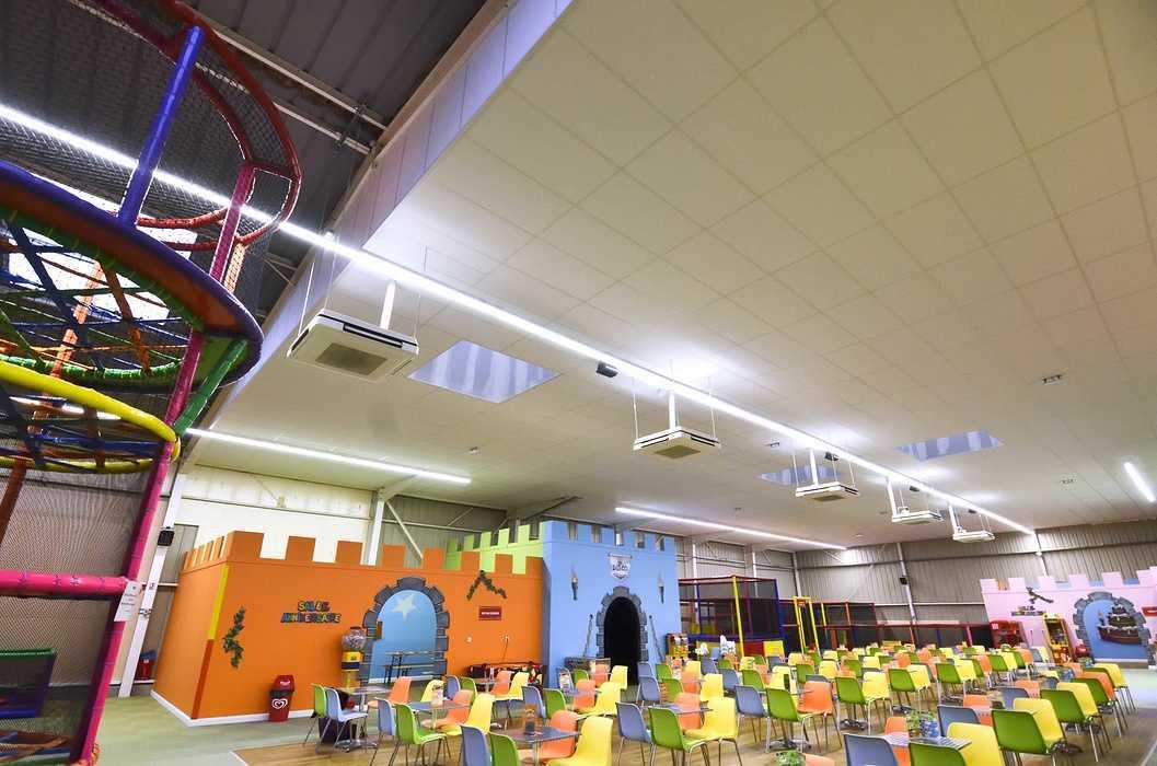 Royal Kids - Langueux (22) : plafonds suspendus dsc0714